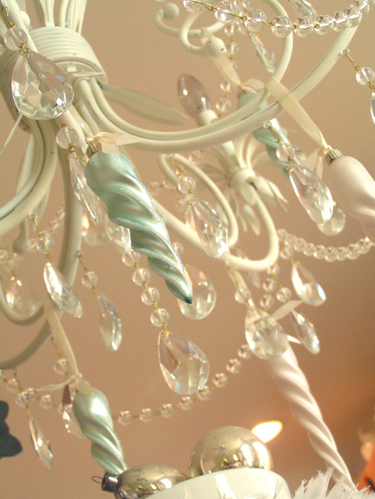 Chandelier_with_ornaments