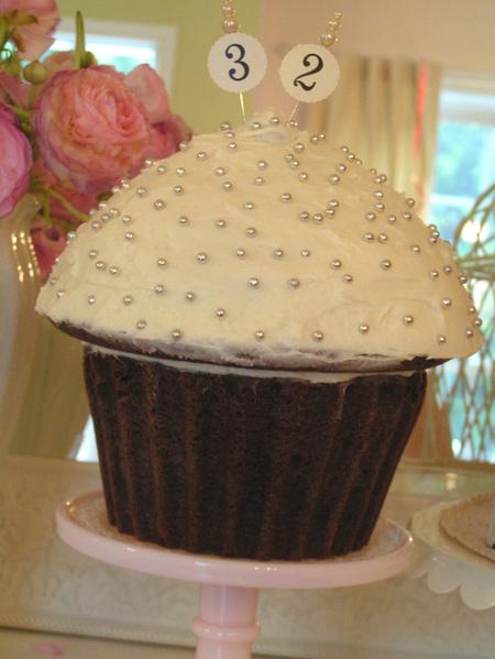 Colossal_cupcake_2