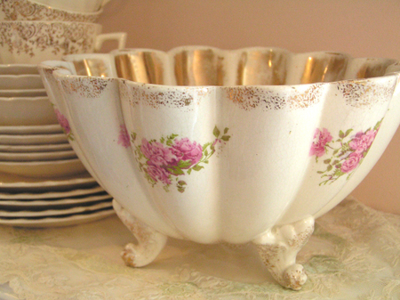 Scalloped_footed_bowl